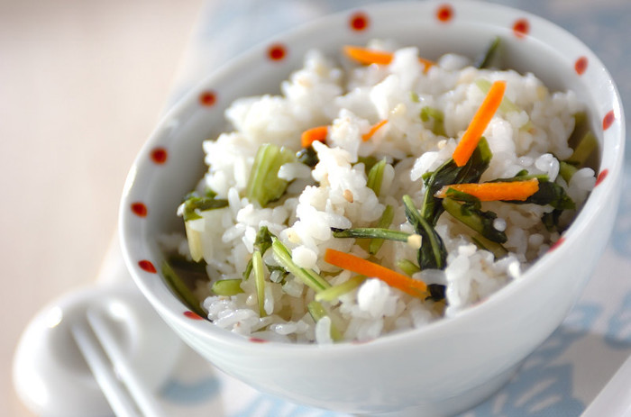 水菜の漬物をご飯に混ぜるだけの簡単レシピ。既にカットされているものを買えば、包丁で切る手間も省けます。さっぱりいただけるのがポイントですね。水菜の代わりに野沢菜などお好みの漬物にしてみるのもおすすめです。
