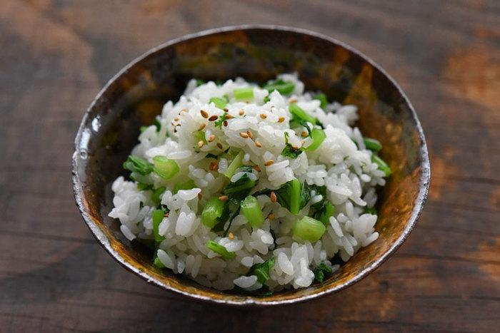 ほかのメニューで大根やかぶを使ったのなら、上の葉もしっかり活用しましょう。ゴマと塩を一緒に加えるだけで、立派な混ぜご飯に!