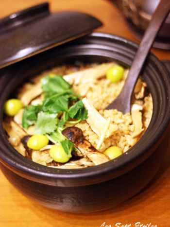 秋と言えば松茸の美味しい季節。秋の味覚である銀杏も加えて、ほっこり混ぜご飯レシピをいただきませんか。
