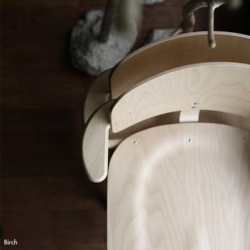 木製で骨太な作りの椅子なのに、スタッキングもできちゃうのがすごいところ。なかなかこんな椅子にはお目にかかりません。