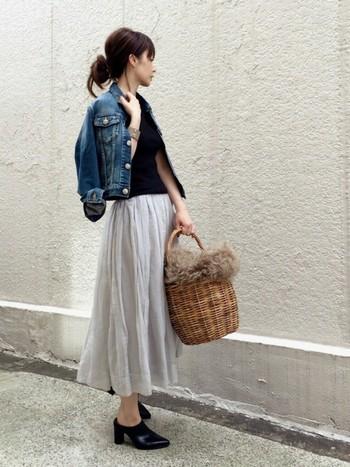 夏に履いていた白のスカートをグレーにするだけで、こんなにシックに。夏に大活躍したカゴバッグにはファーをプラスして、足元もサンダルからバブーシュ風のミュールにすることで秋らしくなりますね。