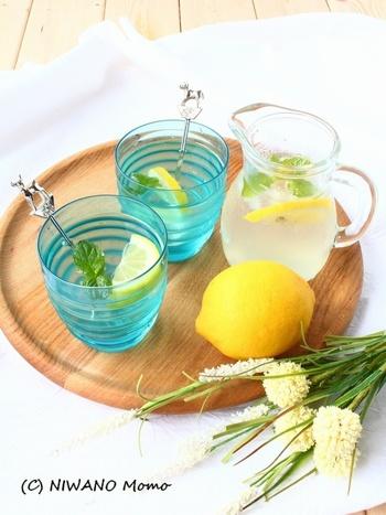 基本のレモネードに清涼感のあるミントの香りが加わるだけで、リラックスした気分に♪ ティーポットにレモンとミント、はちみつを加えて熱湯を注ぐだけ。フレッシュハーブの即席レモネードです。