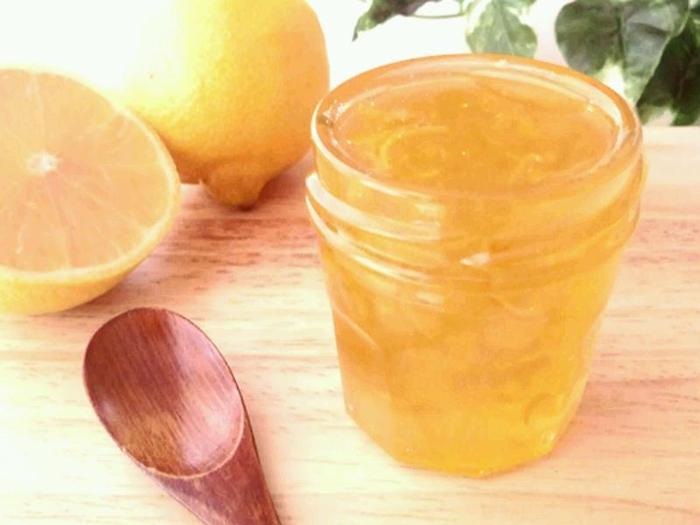 ホットレモンを作ったり、スイーツに添えるジャムにしたりと、多用途に使いたいならシロップよりもマーマレードがおすすめです。ノーワックスの国産レモンを見つけたら、ぜひ作ってみて♪