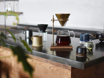 職人の技術とこだわりがSLOW COFFEE STYLEの提案する世界観と共鳴して生まれたSLOW COFFEE STYLE Specialty。 よりゆったりと、ぜいたくなコーヒーの時間を愉しんで。 忙しない気持ちが、きっと豊かになるはずです。