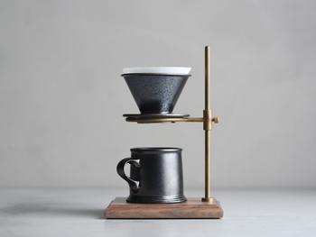 SLOW COFFEE STYLE Specialtyとのコラボレーションの、このブリューワーとマグの釉薬には鉄彩を使い、鉱物のような質感を与えています。安定感のあるフォルムにはアンティークのビアジョッキを思わせる重厚感が漂います。 コーヒーサーバーやスタンド、直接マグの上にセットして使うことができます。
