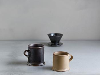 SLOW COFFEE STYLE Specialtyのブリューワーとマグは、鹿児島で「ONE KILN(ワンキルン)」を立ち上げた陶芸家、城戸雄介さんとのコラボレーション。 鹿児島の土を焼き、桜島の火山灰を調合して作られた釉薬を塗ってつくる城戸さんの作風と、KINTOの提案するスロースタイルコーヒーの世界観が響き合って、できたアイテムです。