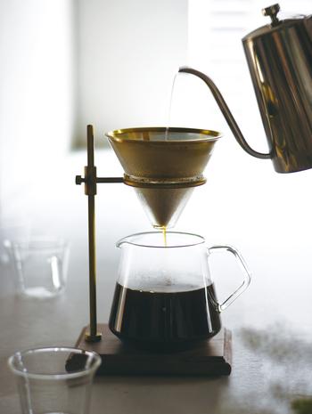 よりゆったりとこだわって、ハンドドリップコーヒーを愉しみたい人におすすめしたいのが、このブリューワースタンドセットです。お気に入りのコーヒーを用意すれば、すぐに始められるようにスタンド、フィルター、ブリューワー、サーバー、ホルダーが含まれています。