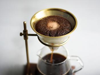 どっしりとした重厚感ある佇まいのブリューワースタンドは、深みのある色調のウォールナットと、経年変化が愉しめる真鍮を組み合わせて作られています。 繰り返し使えるステンレス素材のフィルターには、コーヒーの粉を直接入れてドリップできます。ステンレスフィルターには耐久性があり、旨み成分であるコーヒーオイルが多く抽出されるのだそう。 いつもよりアロマを感じられるので、こだわりの時間を愉しむのにぴったりです。