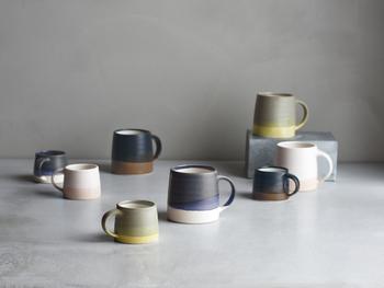 陶芸家のろくろ挽きした手の跡が活かされたフォルムと、重なり合う色の釉薬によって表情豊かなマグカップ。釉薬の質感を光沢とマットの二つを重ねることで生まれる「景色」が、ひとつひとつ違っていて、世界にふたつと同じものがありません。