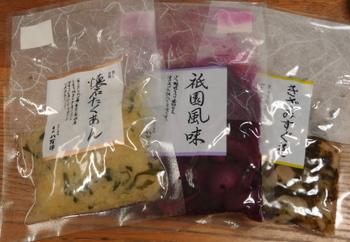 「東山 八百伊」の漬物は、京都で育まれた良質な素材を用いて、代々伝えられた製法によって職人が丁寧に漬けたもの。保存料や着色料を一切使わず、いつでも樽から出したての新鮮な漬物が店頭に並びます。 【画像左から「懐石たくあん」・きゅうりのしそ漬けの「祇園風味」・すぐきの漬物を刻んだ「きざみすぐき」】