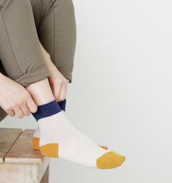 お次に紹介するのは、「to.iro(トイロ)」の配色が特徴的なソックス。 「十人十色(to.iro)」からそのブランドネームが名付けられているだけあり、遊びのある靴下なら大得意のブランドです♪
