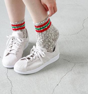 自然や平和をテーマとしたアイテムを、日本製にこだわって作製する「u.m.i KOHOLA(ユーエムアイコホラ)」がつくる靴下ブランド「maunaKea(マウナケア)」からは、3本ラインが可愛らしいこちらのソックスを。