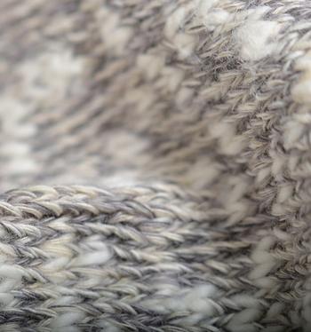 日本の靴下シェア40%を誇る奈良県広陵町で、日々職人さんたちが丁寧につくりあげています。日本に数少ない昔ながらの織り機で織られるざっくりとした編み目が足の形に添うように変化し、なんとも心地よい靴下に仕上がっているとか。  コットン&ヘンプの混紡生地とネップが不均一に混ざりあったナチュラルな風合いもとっても魅力的ですよね♪