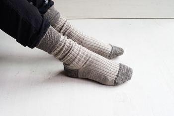 """リネンが好きで、靴下でもよくリネンを選ぶ方であればきっと頷ける悩みが""""どうもズレやすく、なんとなく靴の中が気になる""""ということ。  それを解決するために、試行錯誤のうえ生まれた靴下なのです。"""
