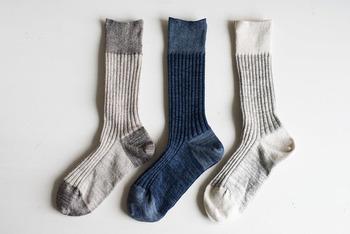 """長野県東御市御牧原の山の上で、""""食と生活それぞれの面から、自分たちが心からよいと思うもの""""を販売する「パンと日用品の店 わざわざ」と、同じく長野県にある靴下工場が一緒につくりあげた、こちらのリネン靴下も素敵です。"""