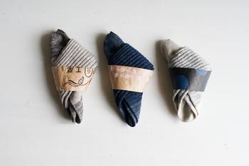 パンのお店らしく、靴下を巻いている帯はパンの粉袋。作り手の想いが伝わってくるような、とても温かい靴下です*