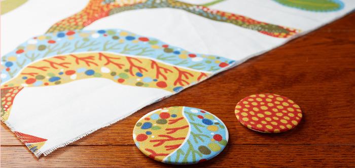 裁断したあとに残った、半端なサイズの布「はぎれ(端切れ)」。お裁縫や手芸が趣味の方は、気づけばいろんな色・柄のはぎれが増えているのでは? 余った布なので大きなサイズのアイテムは作れませんが、小物を作ったりパッチワークをするのに重宝します。