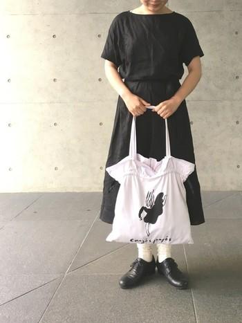 王道の着こなしは、黒×白で全体をまとめること。ラフなアイテムでそろえても、きちんと感が出て素敵ですね。靴はしっかりレースアップを選んでいるところもポイントです。