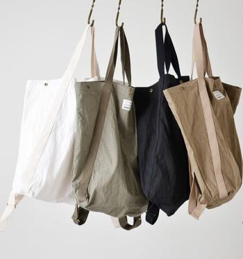 薄手のコットンナイロン生地を使用した約219gと軽くて大容量の2wayバッグ。ヴィンテージ風の生地とシンプルかつ都会的なデザインは大人好みで、飽きることなくお使いいただけます。