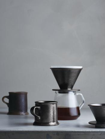 一滴一滴コーヒーが落ちていき、やがて芳しいコーヒーの香りが部屋中に充満すれば、胸が満たされ幸せを感じることができます。 自分のための一杯を愉しむ。  そんな、ぜいたくでスローな時間を提案しているのが、KINTO(キントー)のSLOW COFFEE STYLE(スロー スタイル コーヒー)です。 2014年8月の登場から人気が高まりコーヒーウェアでは、もはや定番となったシリーズ。
