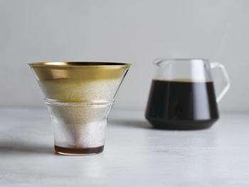 耐熱ガラス製のサーバーは、コーヒーが落ちる様子を目で確かめられます。ホルダーには、ドリップした後のブリューワーとフィルターが直接置け、周辺を汚すことがありません。 ドリップコーヒーを知り尽くしたSLOW COFFEE STYLE Specialtyだからこそできる、使い手に優しいセットです。