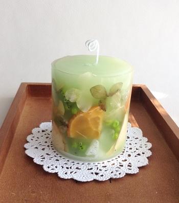 レモングラスやライムでボタニカルキャンドルに。こちらはお花の花びらも一緒にいれています。レモンやラベンダーなども可愛くなりますね。透けて見える感じがおしゃれなので外側に敷き詰めるイメージで。