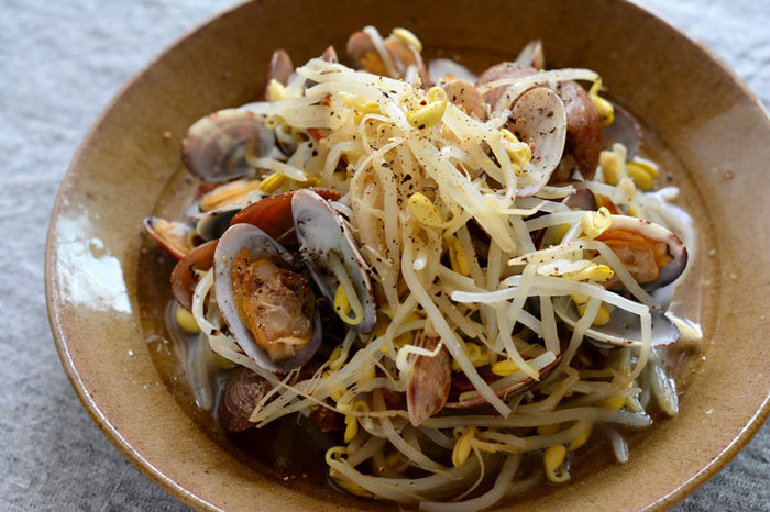 あさりの酒蒸しに豆もやしをプラスした食べ応えのある一品に。もやしをより美味しく食べるため、ごま油の風味と粗びき黒胡椒でアクセント!