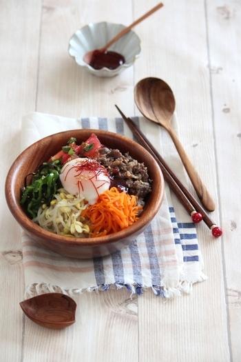 じゃきしゃきの豆もやしをはじめ、栄養たっぷりのにんじんのβカロテンにピーマンのビタミンC、トマトのリコピンと、お肌にいい食材たっぷりの変わりナムルビビンバです。