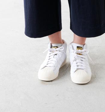 こちらもスニーカーと言えば王道なブランド「adidas」の中で、ファッション性を加えた上に数量限定で限定された店舗のみ販売可能なライン「adidas Originals」。 adidas定番のデザインは残しつつ、全体が真っ白な単色カラーがさわやかな1足です。