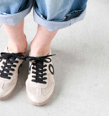 メッシュで通気性が良く、軽い履き心地。くたっとした風合いでやわらかいので、くにゃっと折り曲げることも可能です。 足に程よくフィットしてくれるので、履いた瞬間から馴染んだような感覚に。