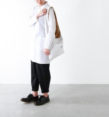 ナチュラルなシワ感が、抜け感をかもし出すリ「バーシブルモンクバッグ」。気取らず持てる大人のためのショルダーバッグです。一見、使い勝手の良さそうなシンプルなバッグですが…