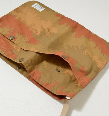 側面にポケットがついているので、携帯電話や定期入れ、鍵、文庫本…そのほか、よく取り出す細かい荷物を入れるのにも便利♪