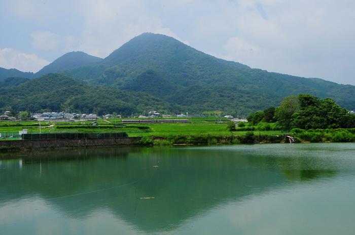 近鉄線を挟んで二上山の東側に位置する千股池は、二上山を眺める人気スポットです。千股池の静かな水面が二上山を映し出し、「逆さ二上山」が現れます。