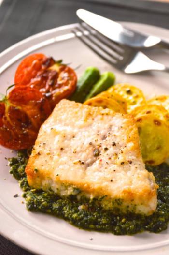 カシューナッツを加えた大葉ジェノベーゼソースは、味に深みがあって淡白な白身魚にピッタリ◎ 白ワインと一緒に頂きたいですね。