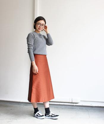 薄手のニットカットソーに、レディライクなスカートを合わせたコーディネート。秋らしい深みのあるテラコッタともグレーはよく似合います。もともと知的な印象のグレーに、オレンジに近く温かみのあるテラコッタの色合いは、大人女子にも真似しやすい組み合わせ☆