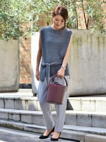 お仕事モードのコーディネートにもすぐ取り入れられるグレーファッション。季節の変わり目にはニットのノースリーブで女性らしさアップ!大人っぽいけれど、強調しすぎない柔らかさがいいですね。