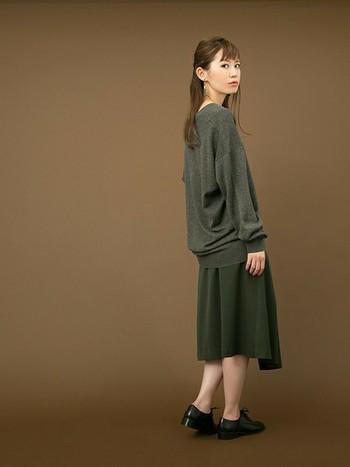 パッと見るとワントーンコーデのようなスタイル。ルーズ感のある濃いグレーニットと深みのあるグリーンのスカートで、いっきに秋仕様です。素肌を程よく見せることで女性らしい雰囲気も。