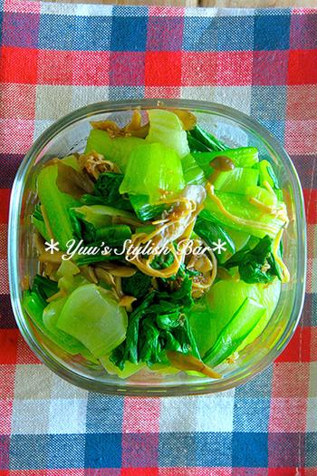 栄養面でも、色合いの面でも、ぜひ入れたい野菜のおかず。こちらは、茹でた青梗菜をなめたけとラー油で和えたおかずです。とっても簡単ですが、茹でた青梗菜のきれいな色はお弁当の彩りに活躍。栄養もばっちり、ちょっとピリ辛なのでごはんとの相性も◎です♪