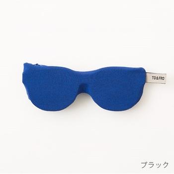 眼鏡ケースも軽さにこだわっています。裏面が眼鏡ふきの代わりにもなる素材を使用したユニークな形。
