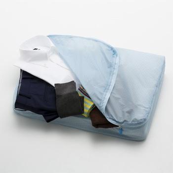 衣類や洗面グッズなどの仕分けに便利で荷造りに重宝するORGANIZER L(オーガナイザー エル)。撥水処理が施されているので洗面所などでも安心です。