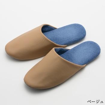 飛行機や電車に長時間乗っていると足がむくんだ経験はありませんか。こちらのTRAVEL SLIPPERS(トラベルスリッパズ)は表地は薄くて軽く、中敷きは柔らかい履き心地。移動中に履き替えると足のむくみや疲れを防いでくれます。