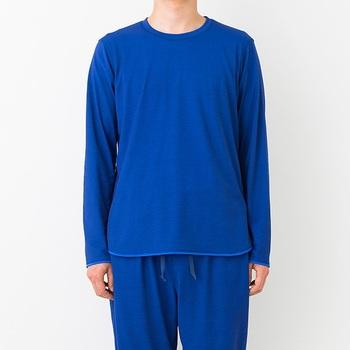 旅先のホテルや旅館の備え付けのパジャマや浴衣ではくつろげない人も多いのでは?COMFORTABLE T-SHIRT(カンフォータブルティーシャツ)は表地は杢柄、裏地は無地になっていて、柔らかな風合いで着心地抜群のリラックスウェア。おそろいのパンツもあります。