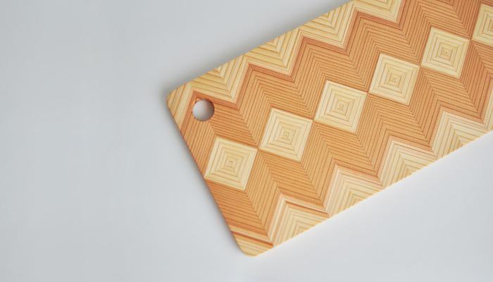 杉のカッティングボード(レクタングル)  岐阜県中津川で作られる天然の国産材・長良杉のカッティングボードです。木の年輪が織り成す美しい模様がテーブルに独特の存在感を与えてくれます。