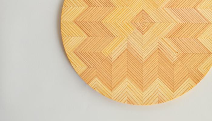 天然の木の質感と、熟練の職人がつくり出す木目の模様がほれぼれするほど美しい。お部屋のインテリアとして飾っておきたくなるほどです。