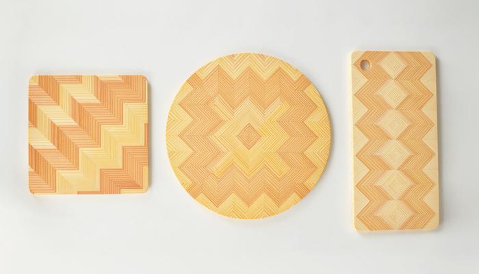 デザインボード「YUI」の原材料は岐阜県産の長良スギを使用しています。スギの芯材(赤身)と辺材(白身)そして木目のバランス、木の性質を考え1本の丸太から切り出し選別し、数々の工程を経て美しい織り柄を生み出していきます。