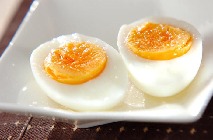 ゆで卵を好みの硬さで茹でたら、塩コショウするだけで極上の味わい♪ 刻んでタルタルソースにしたり、サンドイッチのフィリング、またラーメンのトッピングなど使い勝手の良い固ゆで卵は、沸騰したお湯に、冷蔵庫から出したての冷たい生卵をそっと入れ、12分茹でて作ります。