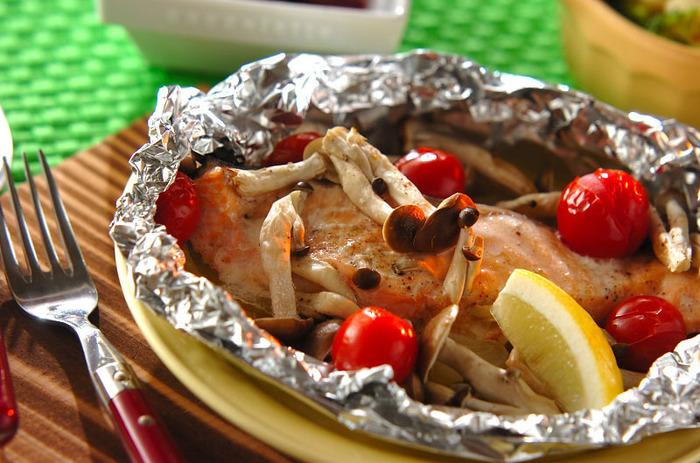 サーモンのホイル焼きは、サーモンの持っている美味しさをギュッと凝縮して味わうことの出来るレシピです。  作り方はアルミホイルに下から玉ねぎ、サーモン、バターを乗せます。そして周りにしめじとプチトマトを置いたら塩コショウを振って、トースターで焼いて器に盛り付けたら最後にレモンを添えて完成です。 涼しくなってきた秋の夕食にもピッタリのおすすめレシピです。