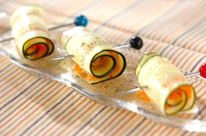 今度はオシャレに「ズッキーニのサーモン巻き」を作ってみましょう。  まずは薄くスライスしたズッキーニに塩とコショウをふって、そこにスモークサーモンを乗せてくるくると巻いたら楊枝などで刺して最後にドレッシングをかけて完成です。 簡単なのに見た目もキレイで食卓を彩るレシピですよ♪