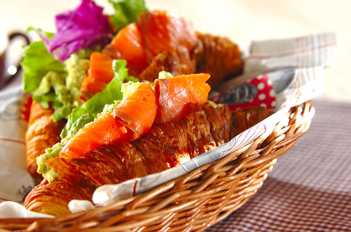 とろっと柔らかくて優しい口当たりのサーモンは、イタリアンからお寿司まで、私たちの身近にあってお子さんにも女性にも人気の食材ですよね。  今回は、秋の味覚「サーモン」を使ったおすすめの人気レシピや嬉しい栄養効果を紹介していきます。