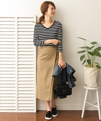 チノパンやデニムパンツとの相性が良いボーダートップス。スカートをあわせる時も、素材選びにこだわると、安定感のある着こなしに。
